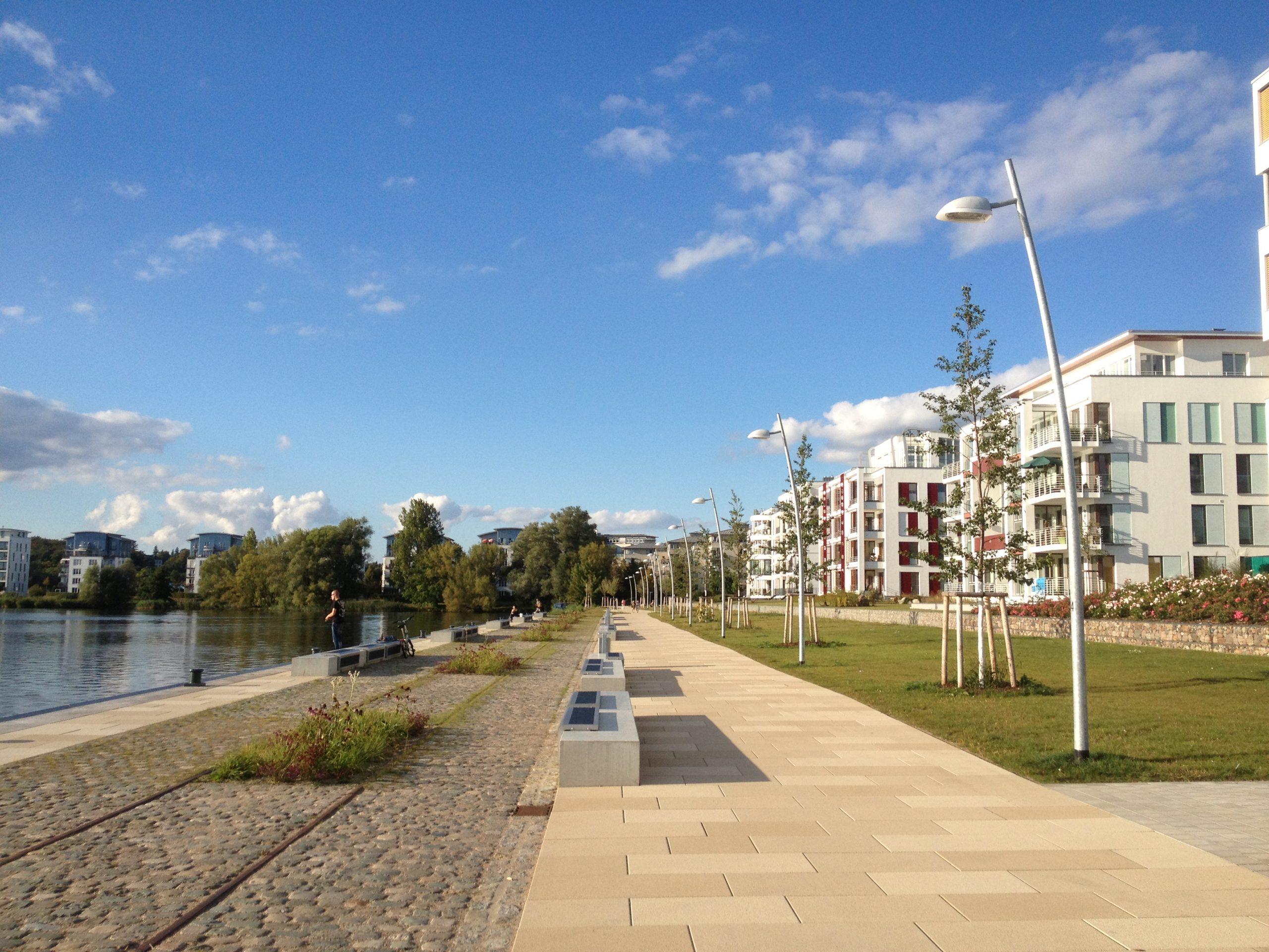 Leben am Wasser. Am Alten Industriehafen am Ziegelsee mit Hotel Speicher und neuer Hafenpromenade Schwerin. Foto: BHF.
